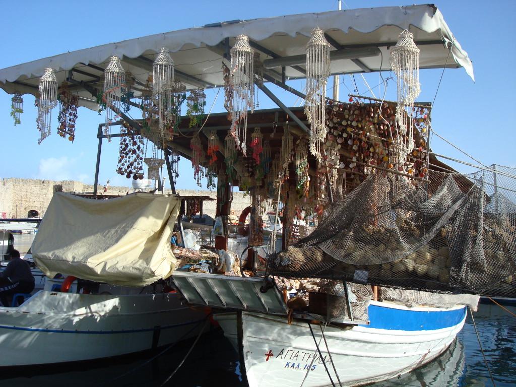 Altes Boot mit Muscheln im Hafen von Rhodos