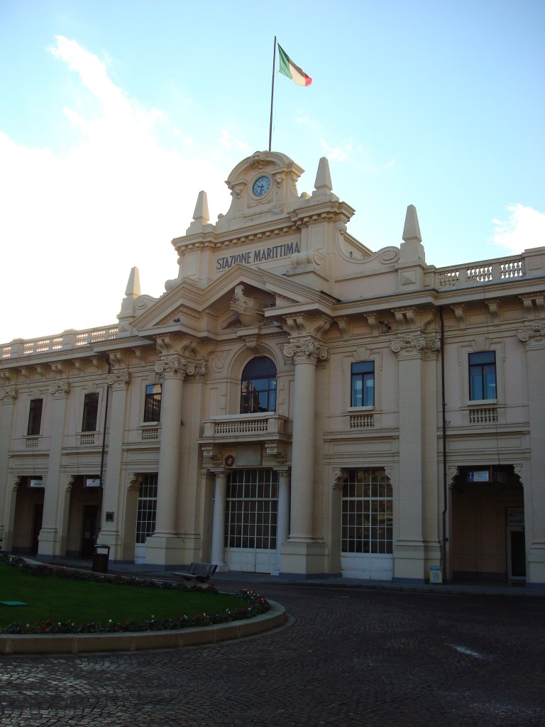 Das Hauptgebäude der Hafenanlage von Genua