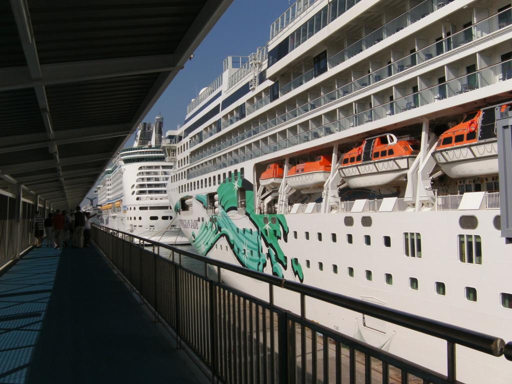 Zwei Kreuzfahrtschiffe im Hafen von Barcelona