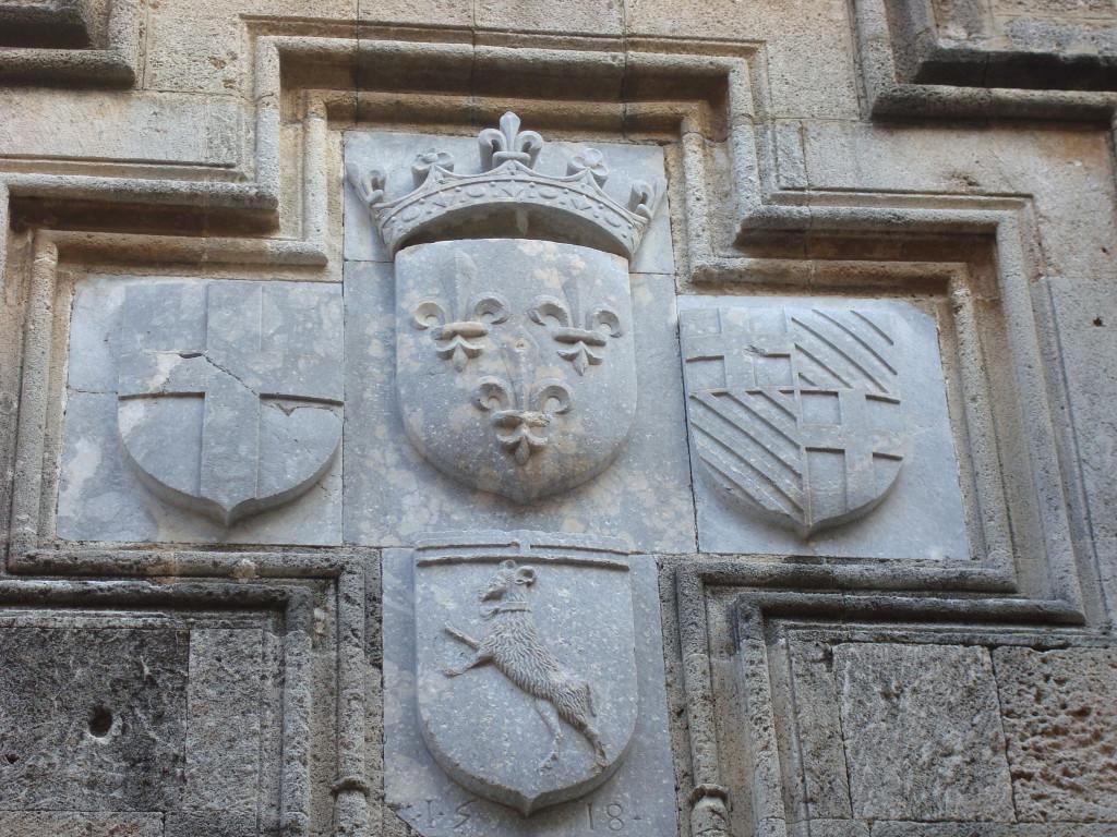 Das Wahrzeichen von Rhodos auf einem alten Gebäude