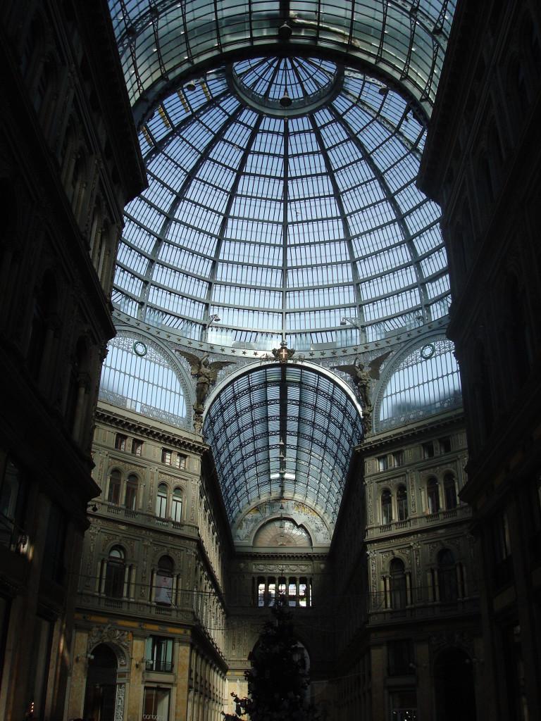 Blick auf die Decke Innen vom Einkaufszentrum in Neapel