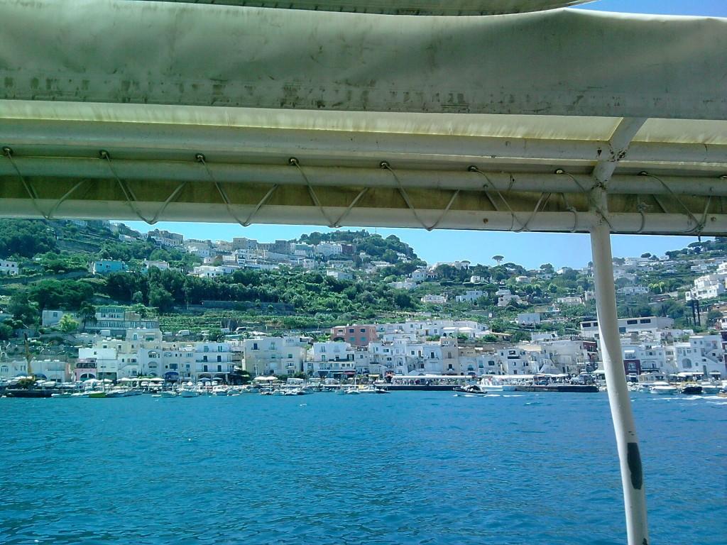 Blick auf die Promenade von Capri von der Fähre