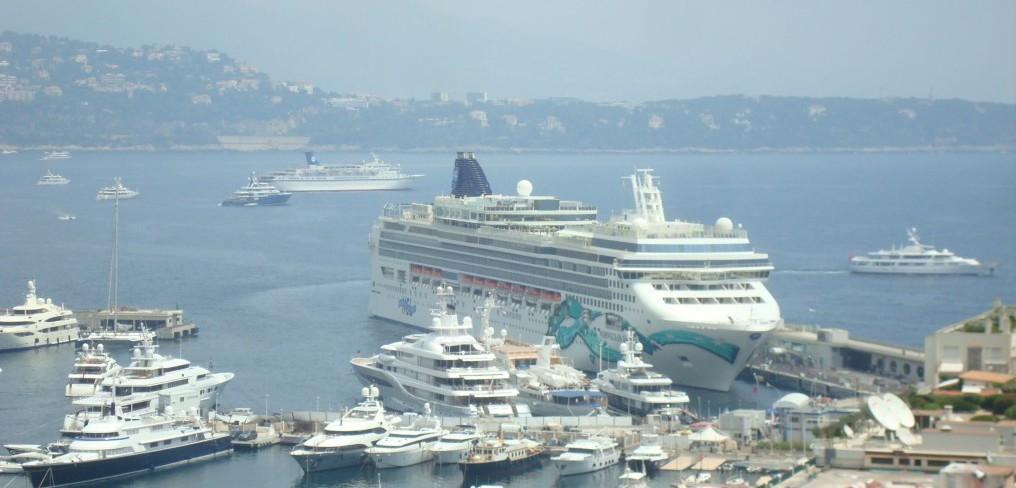 Blick auf das Kreuzfahrtschiff Norwegian Jade im Hafen von Monaco