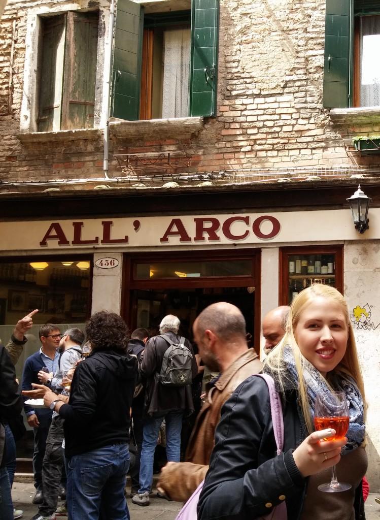 Blick auf die eine Bar in der Innenstadt von Venedig