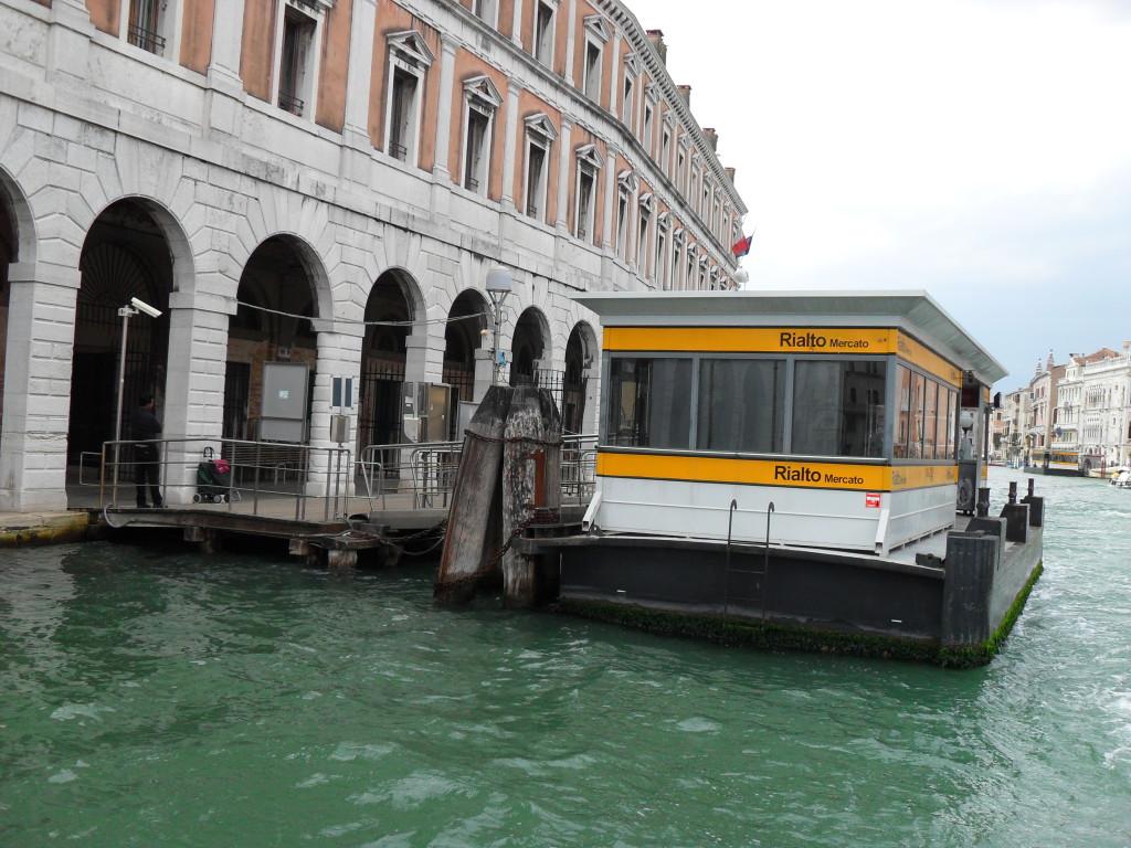 Eine Wasserbus Haltestelle in Venedig