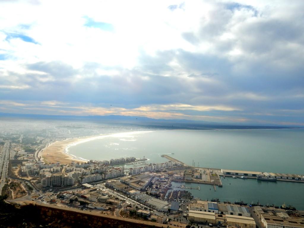 Blick auf die Bucht in Agadir in Marokko auf den Hafen