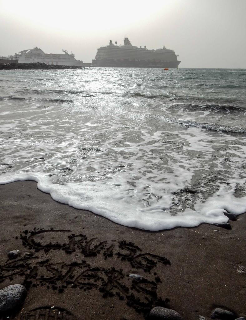 Das Kreuzfahrtschiff Mein Schiff 4 im Hafen bei La Gomera