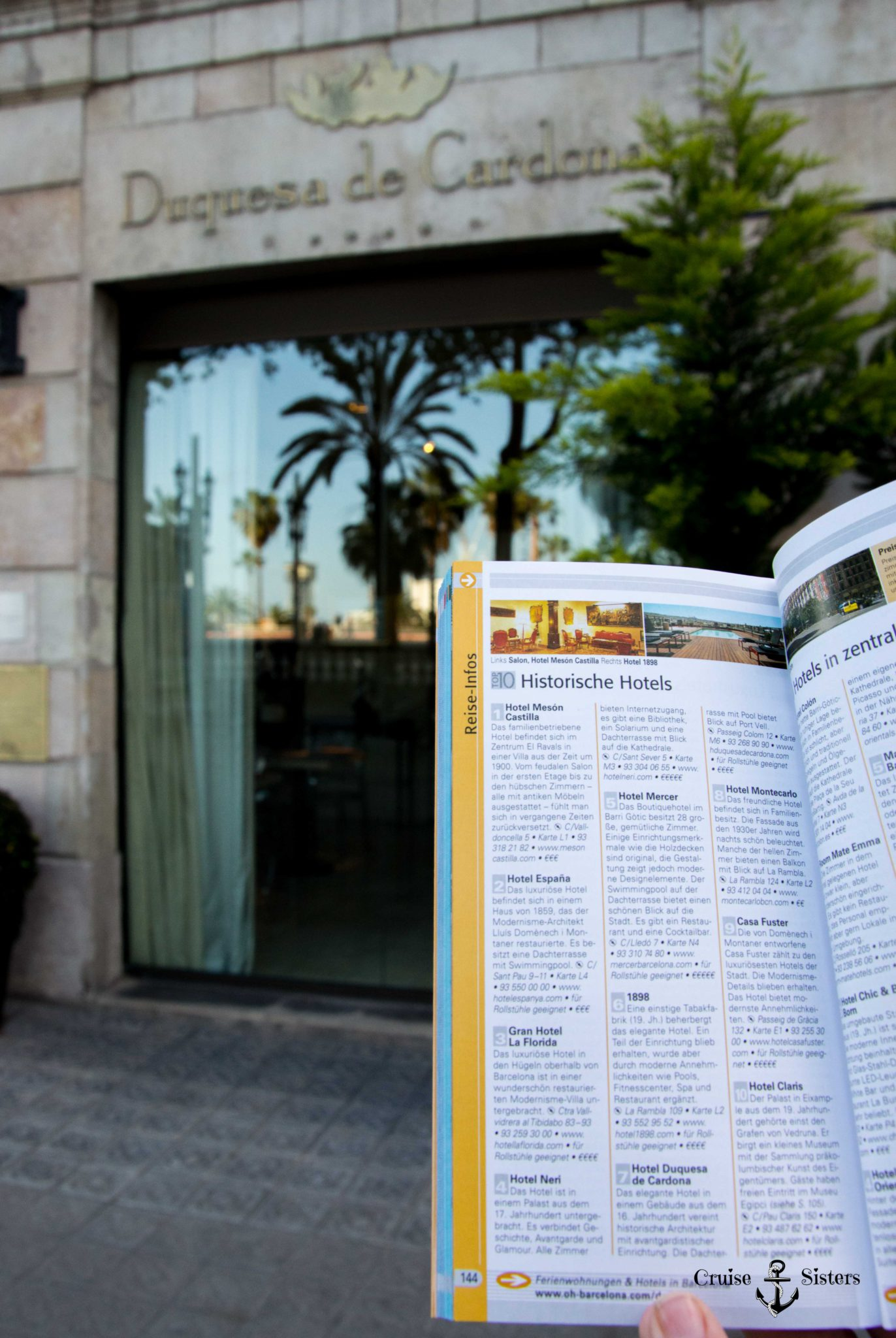 Reiseführer Top 10 Barcelona von Dorling and Kindersley vor dem Hotel Dequesa de Cardon in Barcelona