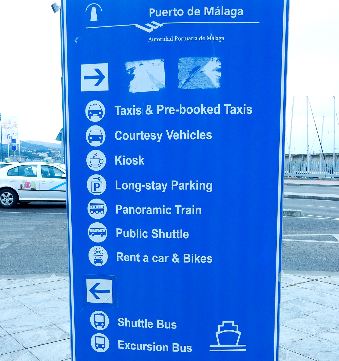 Hinweise am Kreuzfahrtterminal in Malaga