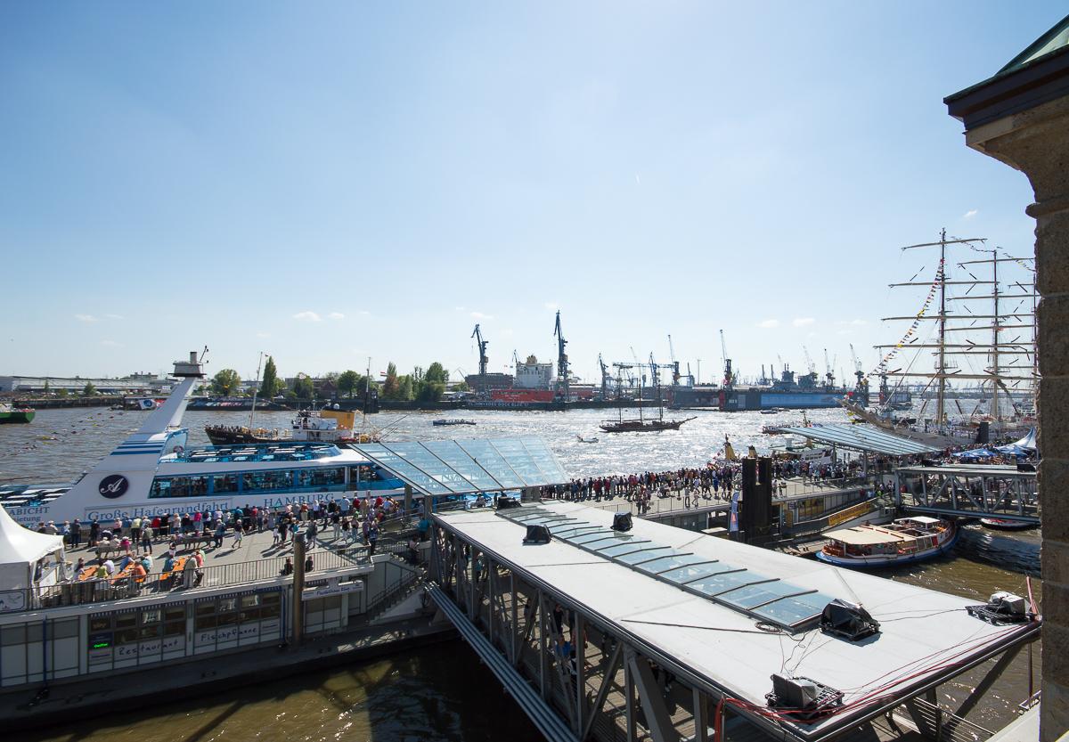 Übergang zum Fahrgastschiff MS Hamburg