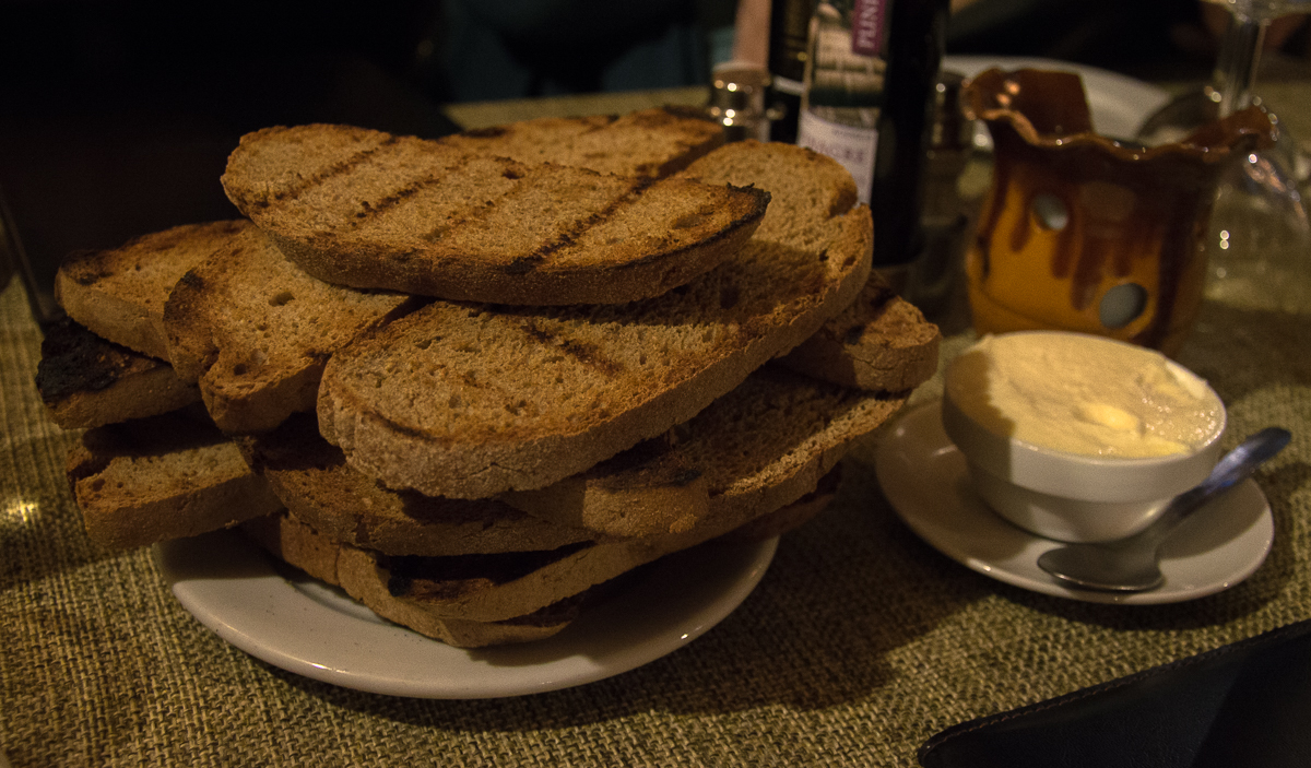 Brot mit Aioli im Grillrestaurant Sa Farinera auf Mallorca