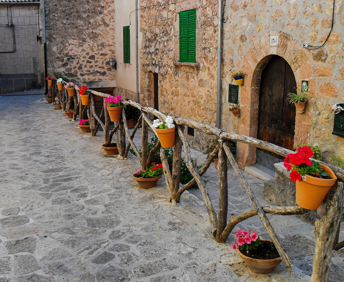 Gassen in Valldemossa mit bunten Blumentöpfen
