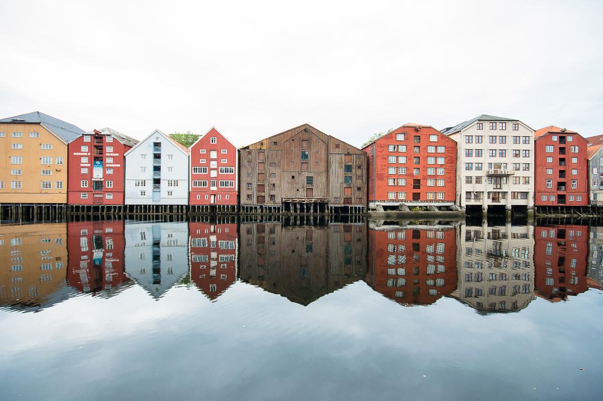 Spiegelung im Wasser in Brygenne in Trondheim