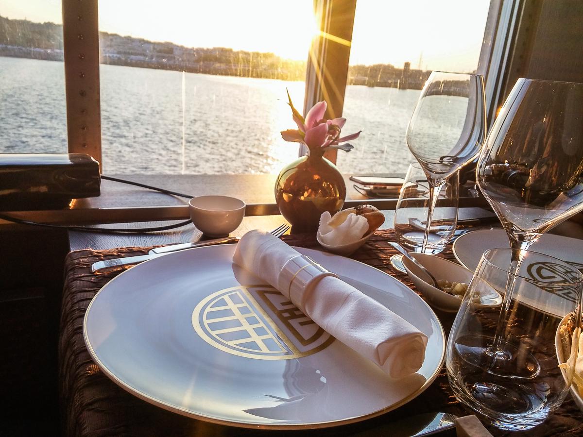 Gedeckter Tisch mit Blick auf das Meer im Restaurant Elements an Bord der MS EUROPA 2